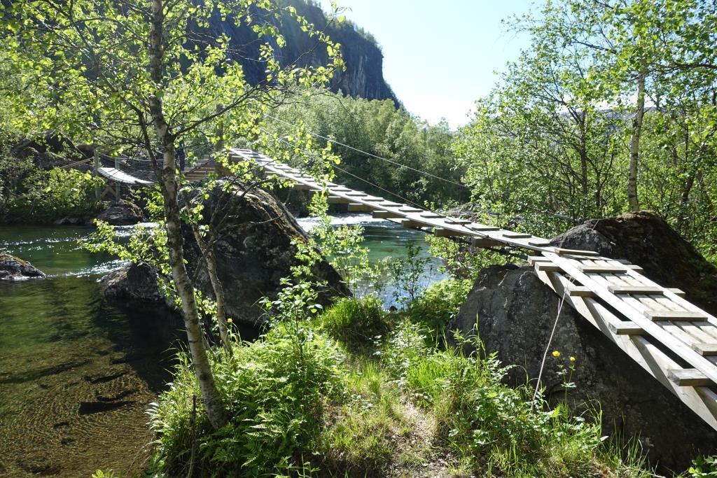 Eine malerische Hängebrücke auf dem Weg zur Storskoghytta.