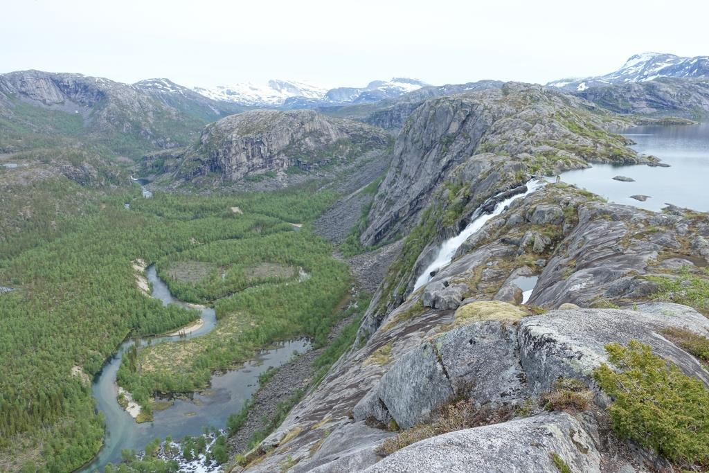 Malerische Hängebrücke an einem See - direkt daneben ein riesiger Felsabbruch mit einem beeindruckenden Ausblick.