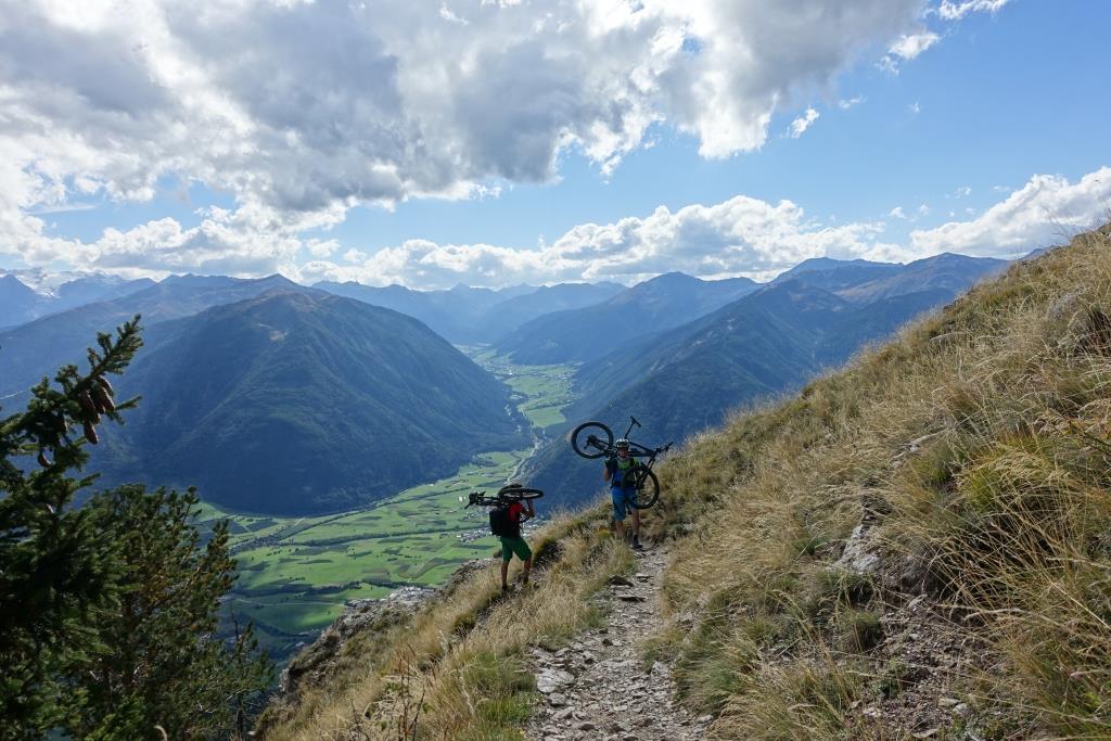 Tragepassage zum Gipfel der Spitzigen Lun - die Mühe hat sich wirklich gelohnt, die Abfahrt ist ein Traum.