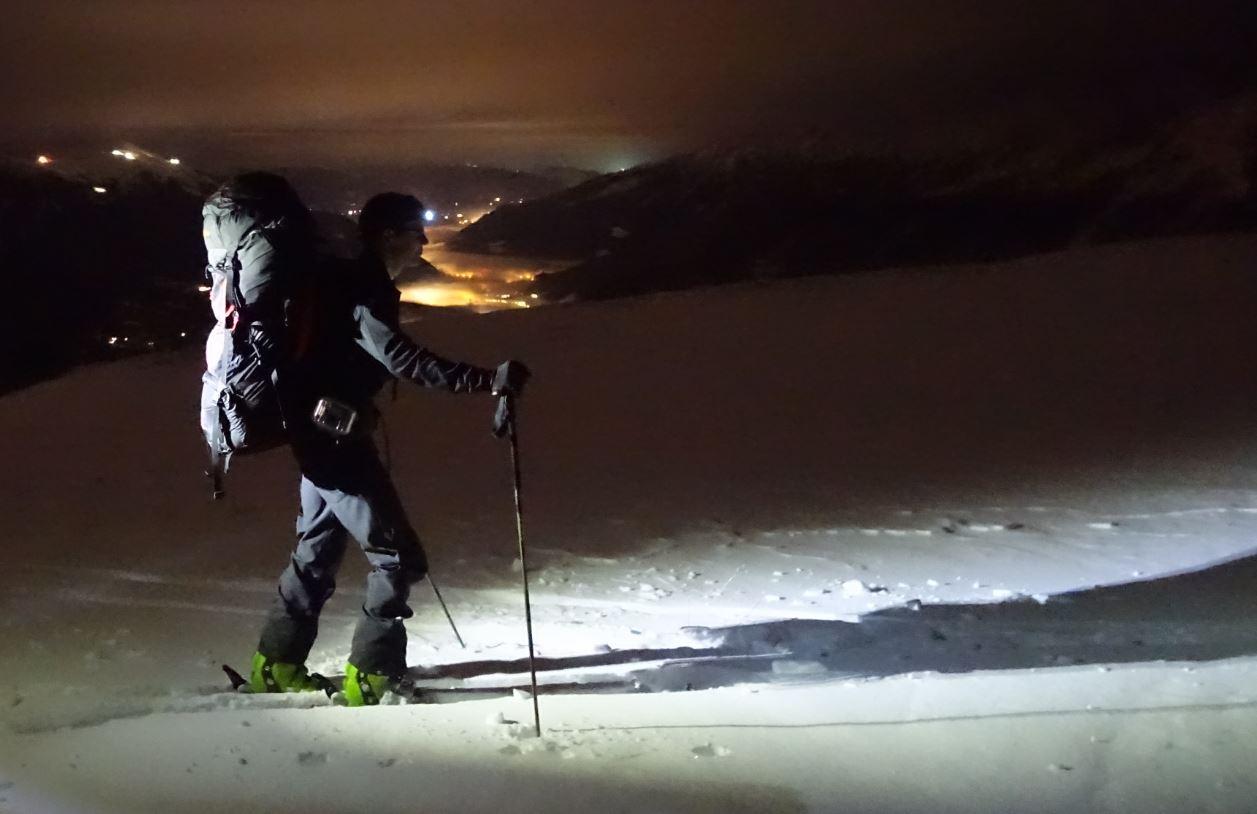 Nächtlicher Skitouren Aufstieg mit Stirnlampe