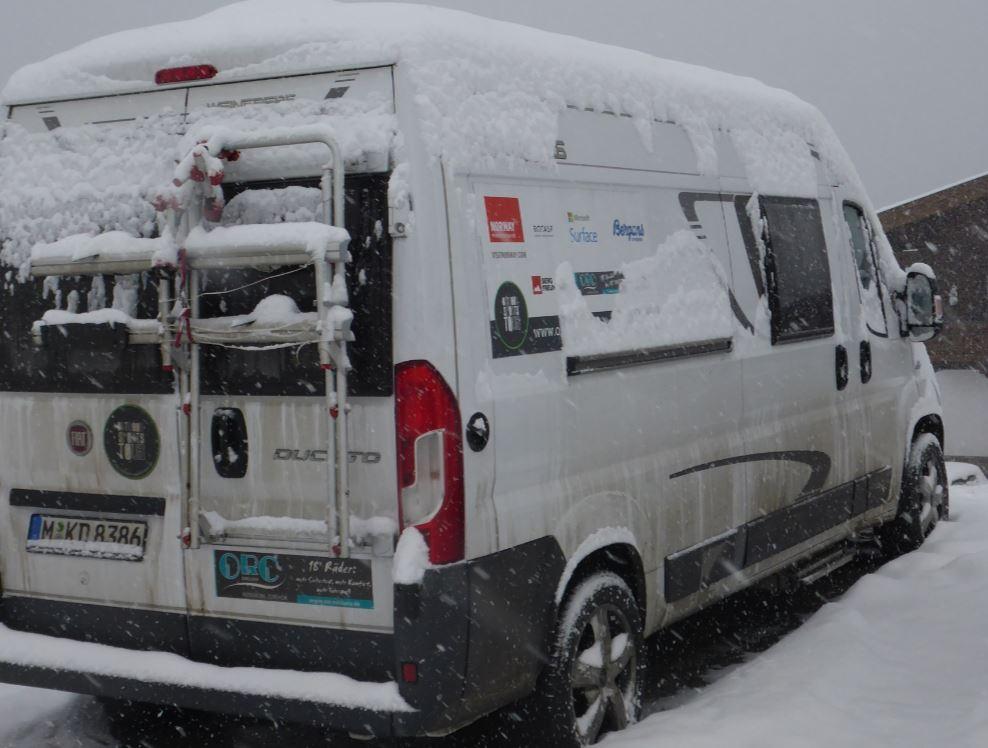 Unser Bus im Schnee - die Wintersaison beginnt