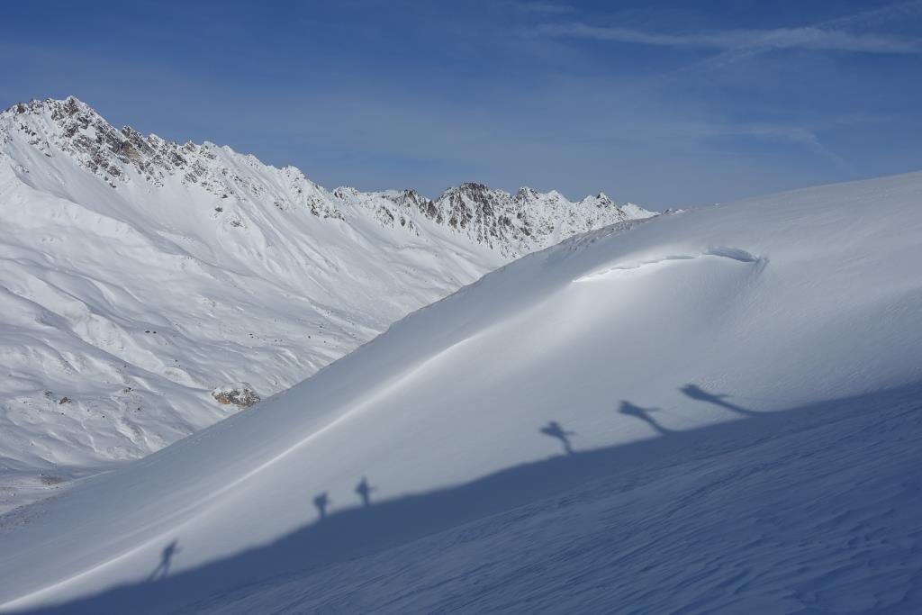 Schattenspiele beim Skitourengehen